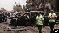 Petugas memeriksa kerusakan pasca ledakan bom yang menarget Jaksa Agung Mesir, di distrik Heliopolis, Kairo, Mesir (29/6).