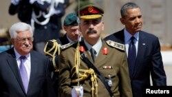 Los presidentes de Estados Unidos, Barack Obama, y de Palestina, Mahmud Abbas (izquierda) pasan revista a la guardia de honor en Ramalah.