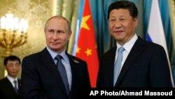 지난 5월 러시아를 방문한 시진핑 중국 국가주석(오른쪽)이 블라디미르 푸틴 러시아 대통령과 악수하고 있다. (자료사진)