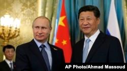 俄罗斯总统普京与中国国家主席在克里姆林宫握手。(2015年5月8日)