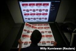 Seorang pekerja memeriksa surat suara yang dicetak untuk pemilihan presiden Indonesia di sebuah pabrik di Jakarta, 20 Januari 2019. (Foto: REUTERS/Willy Kurniawan)
