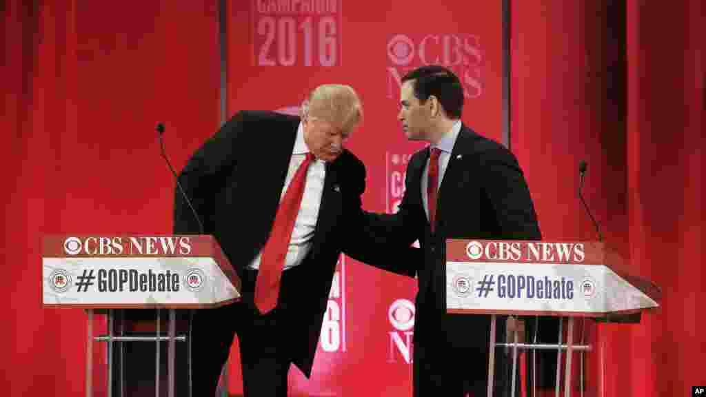 Le candidat présidentiel républicain, le sénateur Marco Rubio, à droite, discute avec le candidat présidentiel républicain, l'homme d'affaires Donald Trump lors du débat présidentiel CBS Nouvelles républicain au Peace Center, le samedi 13 février 2016,