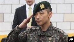 Aktor dan penyanyi Korea Selatan Rain memberi hormat pada penggemar dan media di depan kantor Kementerian Pertahanan di Seoul (10/7), setelah menjalani wajib militer selama 21 bulan. (AP/Ahn Young-joon)