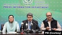 وفاقی وزیر قانون فروغ نسیم، مشیر اطلاعات فردوس عاشق اعوان اور معاون خصوصی برائے احتساب شہزاد اکبر پریس کانفرنس کر رہے ہیں۔