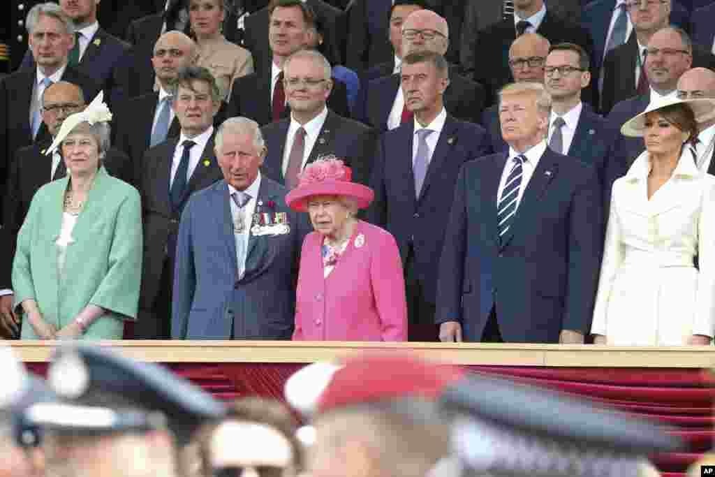 هفتاد و پنجمین سالگرد آغاز حمله متفقین برای شکست آلمان نازی - پرزیدنت ترامپ در کنار ملکه بریتانیا و سایر مقامات.
