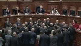 Tension në parlament, vezë kryeministrit