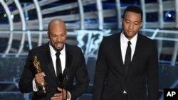 Common et John Legend lors de la 87ème cérémonie des Oscars le 22 février 2015 au Dolby Theatre à Los Angeles. (Photo by John Shearer/Invision/AP)
