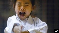 Mahiro Takano, 9 ans, trois fois champion de karaté du Japon dans la catégorie de son âge à Nagaoka, la préfecture de Niigata, au nord de Tokyo, 18 novembre 2015.