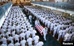 타계한 존 매케인 미국 상원의원이 2일 모교인 애나폴리스 해군사관학교에 안장됐다.