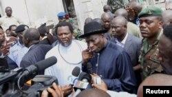 Presiden Nigeria Goodluck Jonathan mengunjungi lokasi ledakan bom di kantor harian 'This Day' di Abuja (28/4).