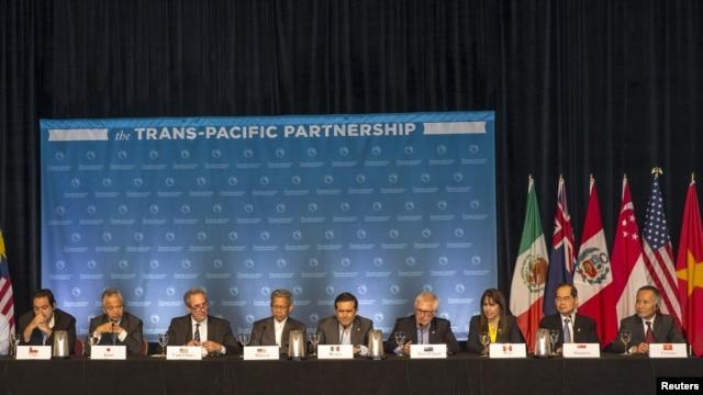 12 bộ trưởng thương mại của những nước tham gia TPP mở cuộc cuộc họp báo nói về tiến độ của những cuộc đàm phán ở Lahaina, đảo Maui, bang Hawaii, Mỹ, ngày 31 tháng 7, 2015.