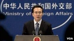 Juru bicara Kementerian Luar Negeri Tiongkok, Hong Lei menjawab pertanyaan para wartawan di Beijing (foto: dok)