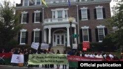 အေမရိကန္ျပည္ေထာင္စုေရာက္ ကခ်င္တိုင္းရင္းသားေတြ စုေ၀းၿပီး ၀ါရွင္တန္ဒီစီက ျမန္မာသံရံုးေရွ႕ ဆႏၵျပ။ သတင္းဓာတ္ပံု- Kachin Alliance