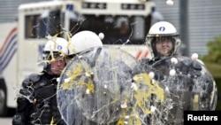 Mlekari na protestu u Briselu jajima gađaju kordon policajaca. 7. septembar 2015.