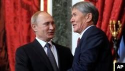 2014年12月23日俄罗斯总统普京(左)在克里姆林宫欢迎吉尔吉斯斯坦总统阿尔马兹别克·阿坦巴耶夫