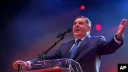 Predsednik Republike Srpske, Milorad Dodik, peva za govornicom tokom predizborne kampanje u Banjaluci.