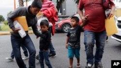 Niños inmigrantes llegan con sus padres a Caridades Católicas después de ser procesados y liberados la Agencia de Adunas y Protección Fronteriza, el miércoles, 19 de junio de 2018 en McAllen, Texas, EE.UU.