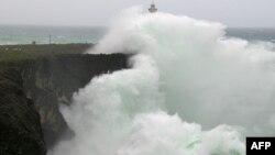 13일 태풍 '봉풍'이 일본 오키나와 해변 절벽에서 대형 파도를 일으키고 있다.
