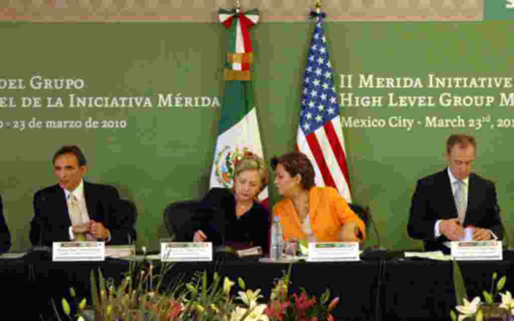 Las secretaria de Estado de EE.UU. Hillary Clinton y homóloga Espinosa, acompañadas de los embajadores Pascual y Sarukhan, presiden una reunión de la Iniciativa Mérida.