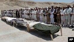 په لغمان کې د سړک غاړې ماین چاودنه کې د ۷ تنو وژل شوو افغانانو د جنازې لمونځ