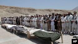 Warga Afghanistan melakukan shalat jenazah bagi tujuh warga sipil yang tewas akibat bom pinggir jalan di distrik Alingar, provinsi Laghman, Afghanistan timur bulan Juni lalu.