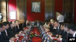 Misija Medjunarodnog monetarnog fonda (MMF) i delegacija Srbije razgovaraju o aranžmanu iz predostrožnosti (arhivski snimak)