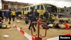 Polisi Nigeria memeriksa lokasi serangan bunuh diri di sebuah stasiun bus di kota Kano (foto: dok).