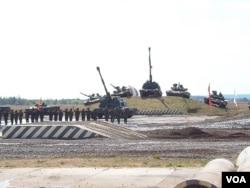 欧洲地区俄罗斯邻国都把俄罗斯当成威胁。2014年莫斯科武器战上俄罗斯展示军力。
