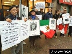 تجمع کنندگان مقابل وزارت خارجه کانادا عکس هایی از ندا آقا سلطان و برخی دیگر از قربانیان نقض حقوق بشر در دست داشتند.