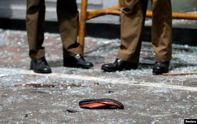 El zapato de una víctima frente a la iglesia de St. Anthony, Kochchikade tras una explosión en Colombo, Sri Lanka, el Domingo de Pascua 21 de abril de 2019. Ocho explosiones en iglesias y hoteles han dejado más de 200 muertos y más de 400 heridos.