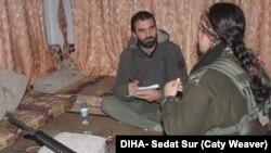 Di vê wêneyê de Narîn Efrînî bersîva pirsên rojnamevan Sedar Sur dide