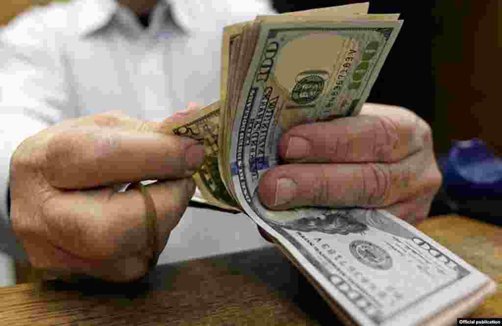 از بازار ارز و دلار چه خبر؟ همچنان برخی گزارش ها از دلار بالای ده هزارتومانی در بازار ایران خبر می دهد.