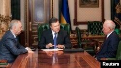 Presiden Ukraina Viktor Yanukovych (tengah) telah menerima pengunduran diri Perdana Menteri Azarov (kanan) hari Selasa 28/1 (foto: dok).