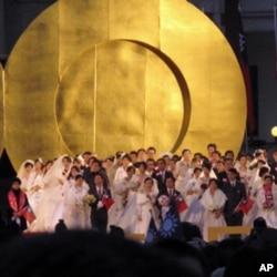 一百对新婚夫妇站在台前