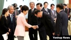 한국의 박근혜(가운데 왼쪽) 대통령이 10일 오후 청와대를 방문한 사카키바라 사다유키 회장의 안내로 일본 경제단체연합회(게이단렌) 대표단과 인사하고 있다.