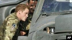 Pangeran Harry memeriksa kokpit helikopter Apache di kamp Bastion, Afghanistan (foto: dok). Harry mengaku berhasil menewaskan pejuangan Taliban di Afghanistan.
