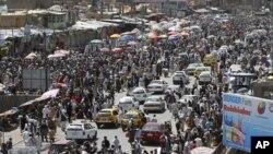 Những người Hồi giáo đi mua sắm cho ngày đầu tiên của tháng chay Ramadan ở Kabul, Afghanistan, 20/07/2012