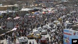 Afghan Muslims shop on the first day of Ramadan in Kabul, July 20, 2012.