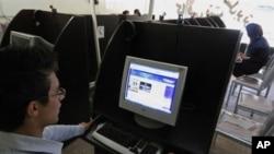 伊朗青年在网吧上网