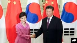박근혜 한국 대통령(왼쪽)과 시진핑 중국 국가주석이 지난 2일 중국 베이징 인민대회당에서 정상회담에 앞서 악수하고 있다. 두 정상은 지난 2일 회담에서 '10월 말이나 11월 초를 포함한 상호 편리한 시기'에 한국에서 3국 정상회의를 개최하는데 합의했다.