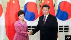 박근혜 한국 대통령(왼쪽)과 시진핑 중국 국가주석이 2일 중국 베이징 인민대회당에서 정상회담에 앞서 악수하고 있다.