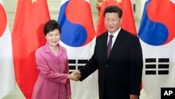지난해 9월 박근혜 한국 대통령(왼쪽)과 시진핑 중국 국가주석이 중국 베이징 인민대회당에서 만나 정상회담을 가졌다. (자료사진)