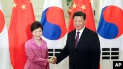 한국과 중국, 일본 3국 정상회의 준비를 위한 세 나라 정부의 부국장급 실무회의가 15일 서울에서 열렸다. 사진은 지난 2일 베이징에서 정상회담을 가진 박근혜 한국 대통령(왼쪽)과 시진핑 중국 국가주석. (자료사진)