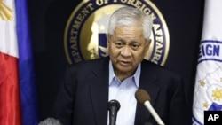Menteri Luar Negeri Filipina, Albert Del Rosario menjelaskan penolakan Filipina untuk membubuhkan cap pada paspor Tiongkok, Rabu 28/11 (foto: dok).