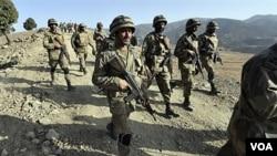 Pasukan Pakistan berpatroli di daerah Warizistan.