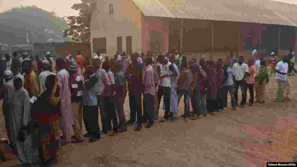 Voters are waiting in Bangui for presidential vote, Bangui December 30, 2015
