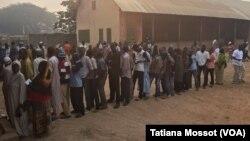 A Bangui, des électeurs attendent patiemment leur tour, le 30 décembre 2015.