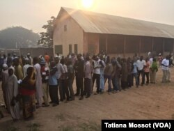 Voters are waiting in Bangui for presidential vote, Bangui Dec. 30, 2015.