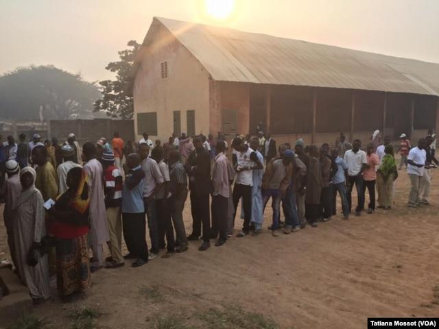 Voters are waiting in Bangui for presidential vote, Bangui Dec. 30, 2015.