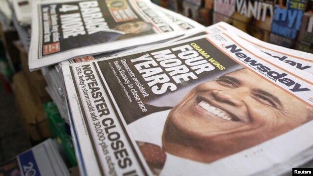Surat kabar di sebuah kios di Times Square, New York City, menunjukkan berita kemenangan Obama. (Reuters/Chip East)